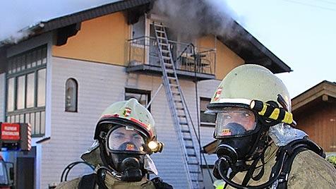16-Jähriger bei Wohnhausbrand in Salzburg getötet (Bild: APA/AKTIVNEWS)