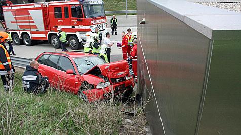 Zwei Kinder bei Verkehrsunfall auf S1 in NÖ verletzt (Bild: APA/PRESSESTELLE DER FREIWILLIGEN FEUERWEHR VÖSENDORF)