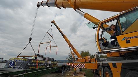 Transport von 85-Tonnen-Schiff in OÖ sorgt für Wirbel (Bild: Chris Koller)