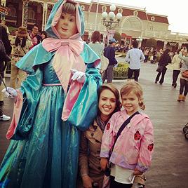 Jessica Alba und Familie haben Spaß im Disneyland (Bild: Twitter)