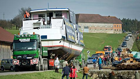 85-Tonnen-Schiff ist nach Transport durch OÖ am Ziel (Bild: APA/JAN SOMMER)