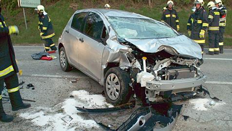 Autolenkerin (82) kollidiert mit Lkw und stirbt im Spital (Bild: APA/FF-KREMSMÜNSTER)