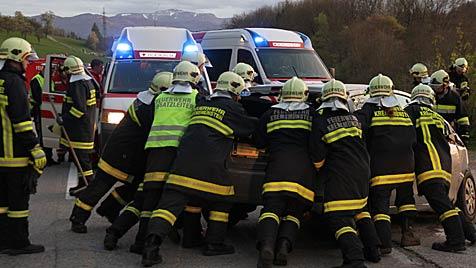 Autolenkerin (82) kollidiert mit Lkw und stirbt im Spital (Bild: Matthias Lauber)