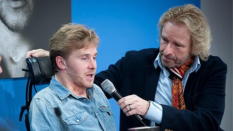 Samuel Koch und Thomas Gottschalk (Bild: AP)