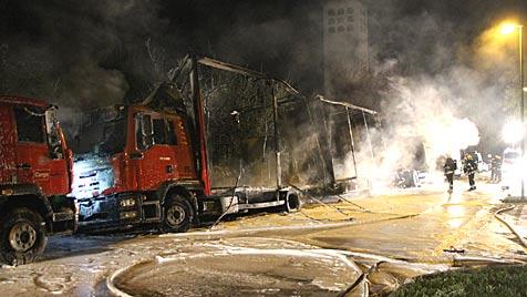 Brandstifter in Wels fackeln drei Laster ab und entkommen (Bild: APA/LAUMAT.AT/MATTHIAS LAUBER)