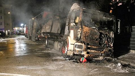 Brandstifter in Wels fackeln drei Laster ab und entkommen (Bild: Matthias Lauber)