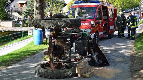 79-Jähriger stürzt mit Traktor über Böschung und stirbt (Bild: Einsatzdoku.at)