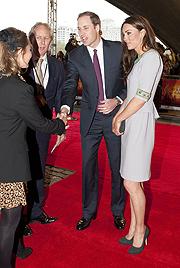 Prinz William lässt seine Kate nicht im Regen stehen (Bild: AFP, EPA)