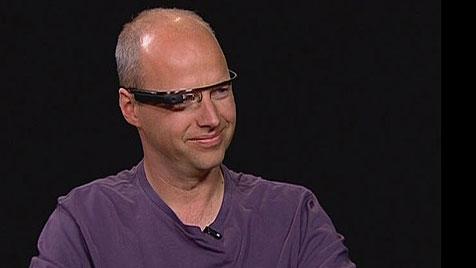 Googles Datenbrille erstmals im TV präsentiert (Bild: charlierose.com)