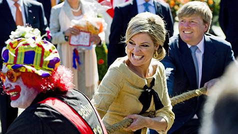 "Königin Beatrix feiert lächelnd ""Koninginnedag"" (Bild: EPA)"