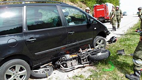 NÖ: Motorradfahrer stürzt und wird von Pkw überrollt - tot (Bild: Hahn/FF Wieselburg)