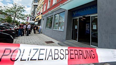 Brandanschlag auf Linzer Bank: Beide Zündler gefasst (Bild: APA/WERNER KERSCHBAUMMAYR)