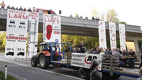 Lärmgegner in OÖ blockieren A8 - Staus als Folge (Bild: APA/ALOIS FURTNER)