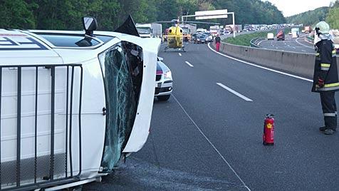 Mann aus Fahrzeug geschleudert und überfahren (Bild: APA/ÖAMTC)
