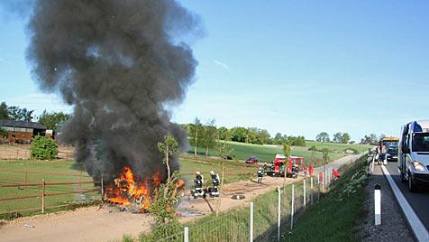 Lenker entkommt Flammeninferno nach Autounfall (Bild: Wolfgang Thürr/BFK Hollabrunn)