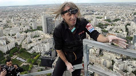 Spiderman besteigt höchsten Büroturm Frankreichs (Bild: EPA)