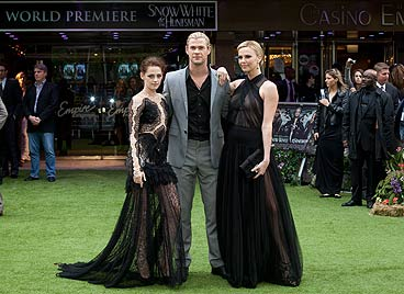 """Stewart und Theron: Film-Premiere in """"Wow!""""-Kleidern (Bild: dapd, AP, AFP)"""