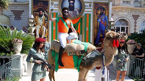 Sacha Baron Cohen reitet in Cannes auf Kamel ein (Bild: EPA)