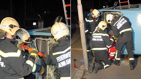 Lenker bei Unfall in Auto eingeklemmt und verletzt (Bild: Martin Hofbauer/Pressestelle BFK Mödling)