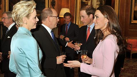 Was Charlene und Kate da wohl zu besprechen haben? (Bild: dapd)
