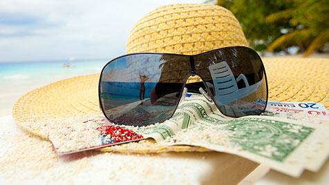 Clever reisen: Wie du im Urlaub günstig bezahlst (Bild: thinkstockphotos.de)