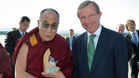 Dalai Lama erhält Bergkristall als Abschiedsgeschenk (Bild: GROHAG)