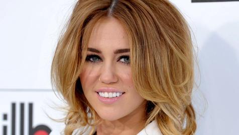 Miley Cyrus ist glücklich mit ihrer  neuen Punk-Frisur (Bild: AP)