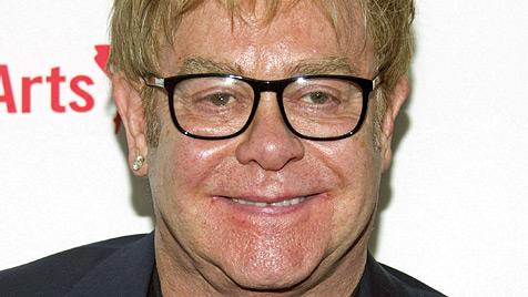 Popstar Elton John ins Krankenhaus eingeliefert (Bild: dapd)