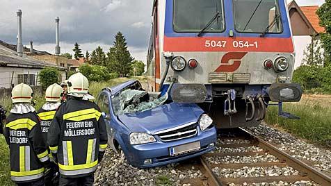 Auto in NÖ von Zug erfasst und 70 Meter mitgeschleift (Bild: © Stefan Schneider)