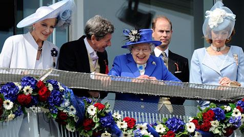 Queen Elizabeth amüsiert sich beim Pferderennen (Bild: EPA)