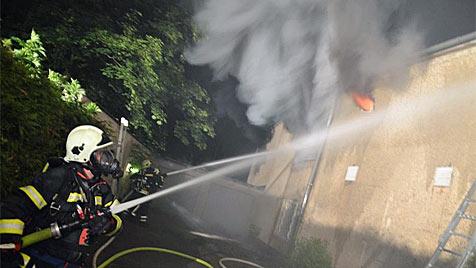 Sonnenstudio in OÖ brannte lichterloh - Feuer gelegt? (Bild: FF Traun)