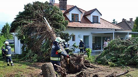 Massive Schäden durch Hagel, Sturm und Hangrutschung (Bild: Einsatzdoku.at)