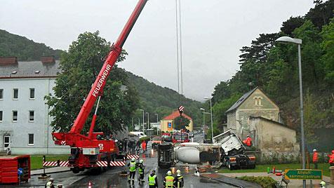 Betonmischwagen rammt in NÖ Gartenmauer (Bild: FF Berndorf-Stadt)