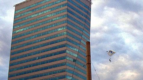 Basejumper von Linzer Terminal Tower gesprungen (Bild: APA/ROLAND AICHINGER)