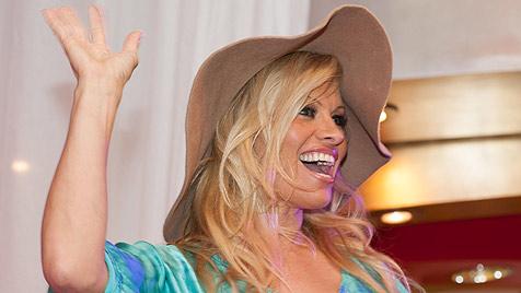 OÖ: Hunderte Fans jubelten Pamela Anderson zu (Bild: APA/Foto-Kerschi.at/Werner Kerschbaummayr)