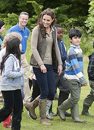 Herzogin Kate mit Schulkindern beim Campingausflug (Bild: AP)
