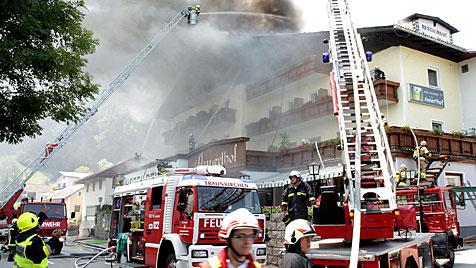 Brand in Hotel löst Großeinsatz der Feuerwehr aus (Bild: APA/WWW.SALZI.AT/PHILIPP WIATSCHKA)
