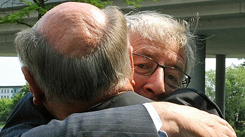Pröll verlieh seinem Freund Juncker Preis des Landes NÖ (Bild: APA/HERBERT PFARRHOFER)