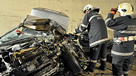 Lkw kracht frontal in Pkw: Ein Todesopfer im Bosrucktunnel (Bild: Feuerwehr/Erlinger)