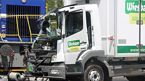 NÖ: Verschub-Lok rammt Lkw - Lenker schwer verletzt (Bild: BFKDO Tulln/ St. Öllerer)