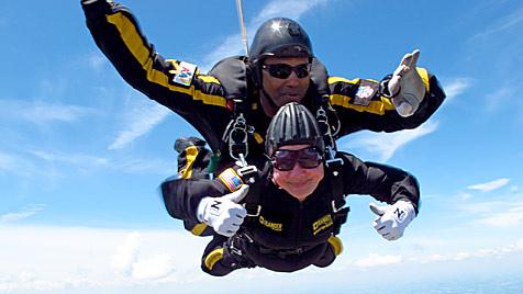 Uromas springen für den guten Zweck mit Fallschirm (Bild: AP)