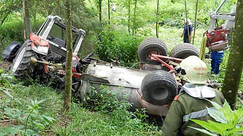 OÖ: Traktor mit Güllefass stürzt 20 Meter über Abhang (Bild: APA/FF RAINBACH)