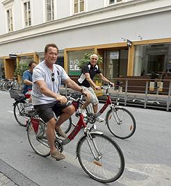 Schwarzenegger radelte vor Abflug noch durch Graz (Bild: APA/MARKUS LEODOLTER)