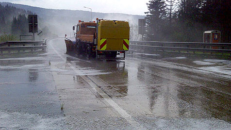 Schneepflugeinsatz auf der A2 nach Hagelunwetter (Bild: APA/ASFINAG)
