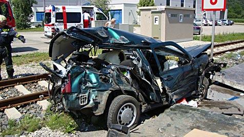 NÖ: Traktor und Pkw von Zügen erfasst - 2 Schwerverletzte (Bild: Lukas Hürner, BFKDO Scheibbs)