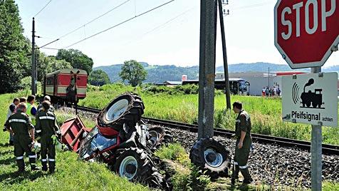 NÖ: Traktor und Pkw von Zügen erfasst - 2 Schwerverletzte (Bild: APA/PAUL PLUTSCH)