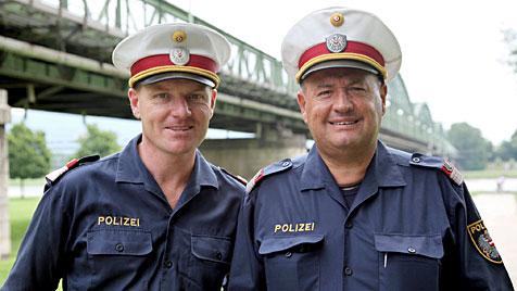 Polizisten springen in Donau und retten Mann das Leben (Bild: Polizei OÖ)