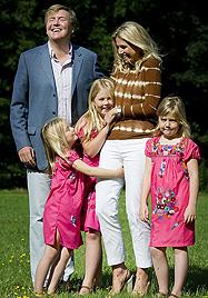 Willem und Maxima posieren mit ihren Prinzessinnen (Bild: EPA)