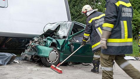 OÖ: Bus stürzt bei Unfall auf Pkw - Autolenker tot (Bild: APA/WERNER KERSCHBAUMMAYR)