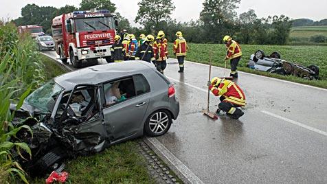 Frontal-Crash in OÖ fordert einen Toten und drei Verletzte (Bild: APA/FOTO-KERSCHI.AT/WERNER KERSCHBAUMMAYR)